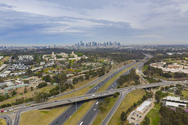 Foto aérea del tráfico de la carretera y de la ciudad de Melbourne imagen de archivo libre de regalías