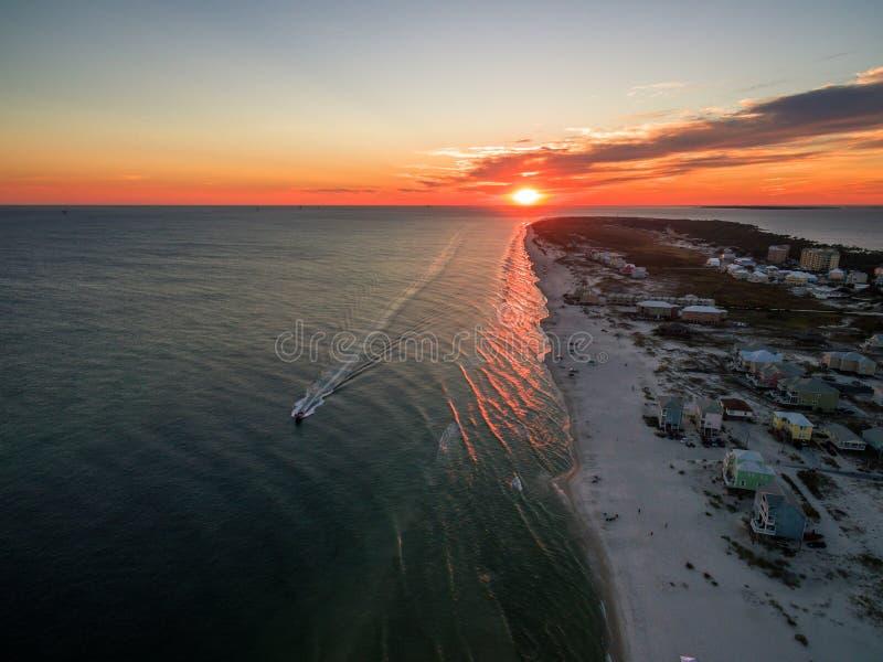 Foto aérea do por do sol do zangão - oceano & praias de costas do golfo/forte Morgan Alabama imagem de stock royalty free