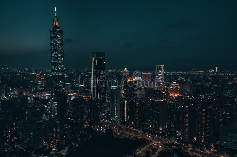Foto aérea do zangão - cidade de Taipei, Taiwan na noite fotos de stock royalty free