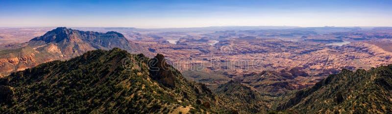 Foto aérea do zangão - Henry Mountains bonito no deserto de Utá Lago Powell na distância fotos de stock