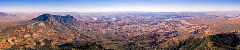 Foto aérea do zangão - Henry Mountains bonito no deserto de Utá Lago Powell na distância foto de stock royalty free
