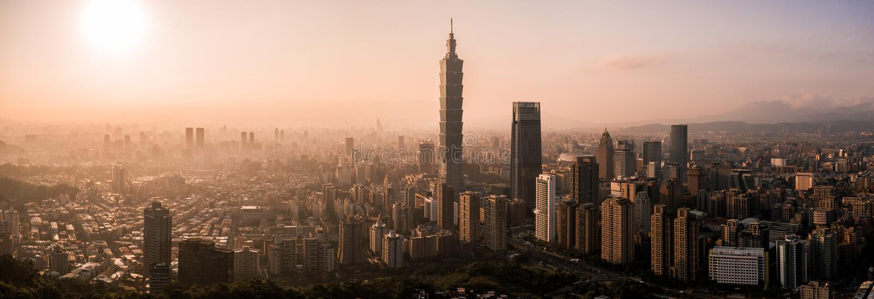Foto aérea do zangão - por do sol sobre a skyline de Taipei formosa O arranha-céus de Taipei 101 caracterizou imagens de stock