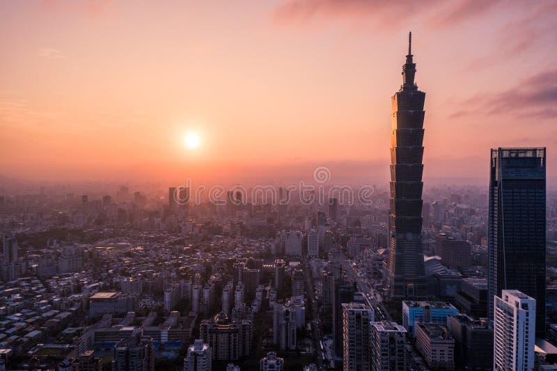 Foto aérea do zangão - por do sol sobre a skyline de Taipei formosa O arranha-céus de Taipei 101 caracterizou imagens de stock royalty free