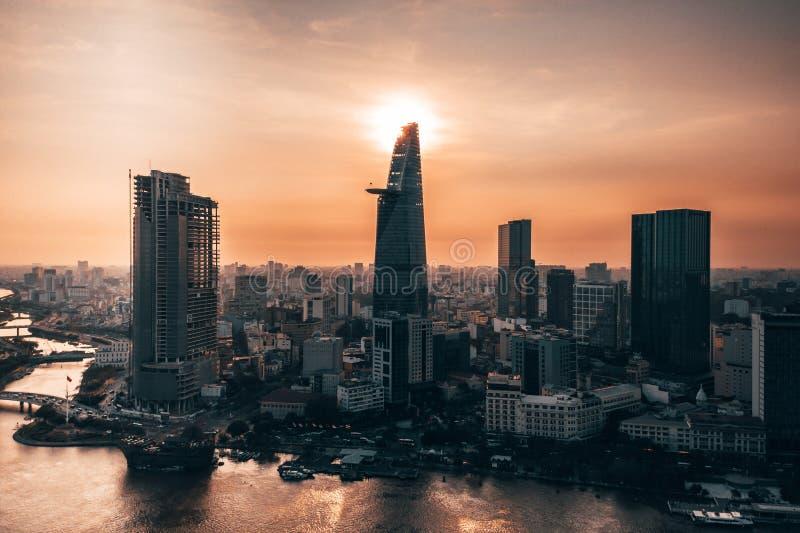 Foto aérea do zangão - skyline de Saigon Ho Chi Minh City no por do sol vietnam imagens de stock royalty free