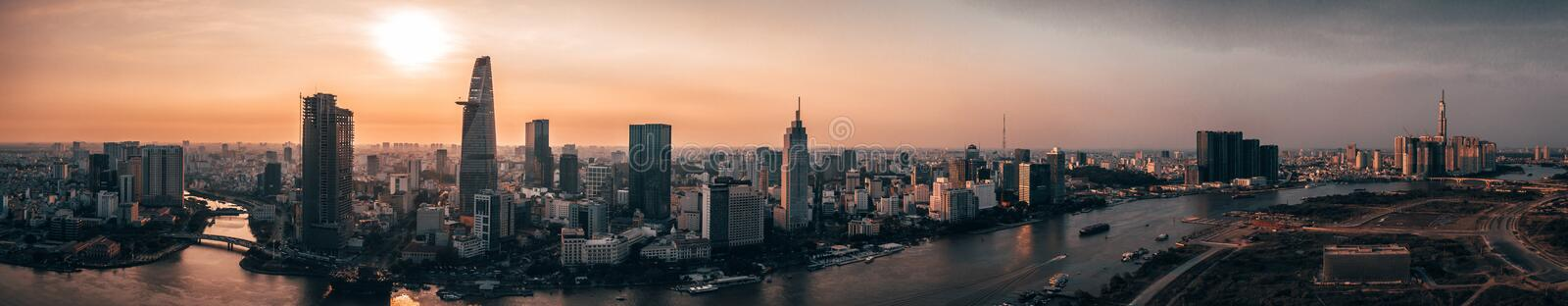 Foto aérea do zangão - skyline de Saigon Ho Chi Minh City no por do sol vietnam imagem de stock royalty free