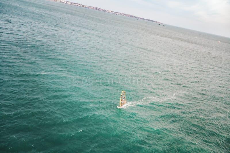 Foto aérea do zangão do surfista do vento que pratica no destino exótico tropical do oceano imagens de stock