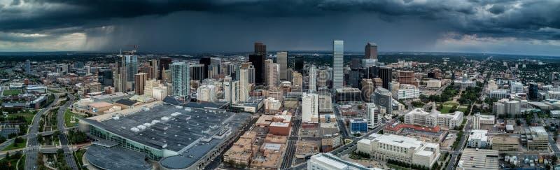Foto aérea do zangão - uma tempestade aproxima a cidade de Denver Colorado imagens de stock royalty free