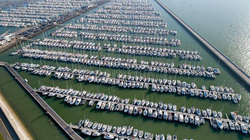 Foto aérea dos barcos no porto de Minimes fotografia de stock royalty free