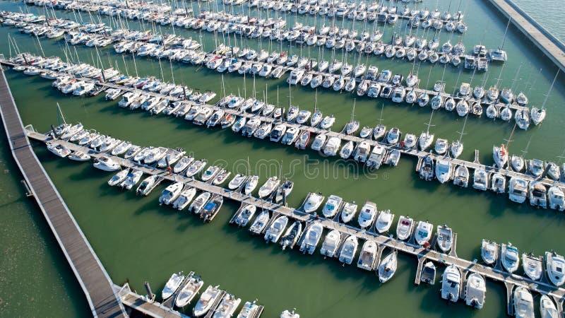 Foto aérea dos barcos no porto de Minimes fotografia de stock