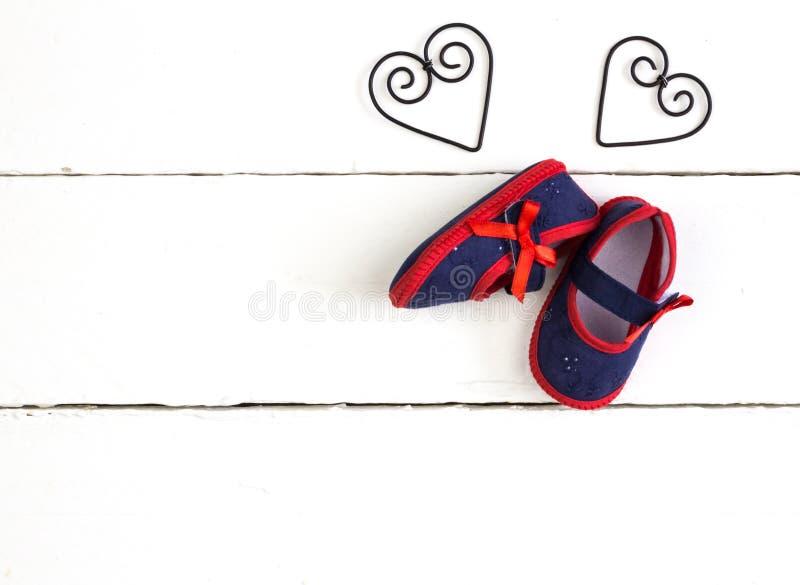 Foto aérea dos pares de marinha e de montantes vermelhos do bebê, metal do coração fotos de stock royalty free