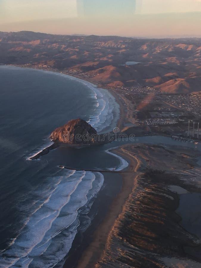 Foto aérea en la puesta del sol - roca iluminada de la bahía de Morro por puesta del sol fotos de archivo