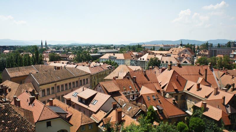 Foto aérea, vista escénica de los tejados de la ciudad vieja, día soleado, Ljubljana, Eslovenia fotografía de archivo libre de regalías