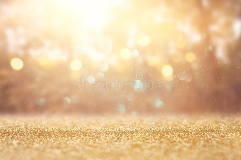 Foto abstracta borrosa de la explosión de la luz entre árboles y luces de oro del bokeh del brillo imagenes de archivo