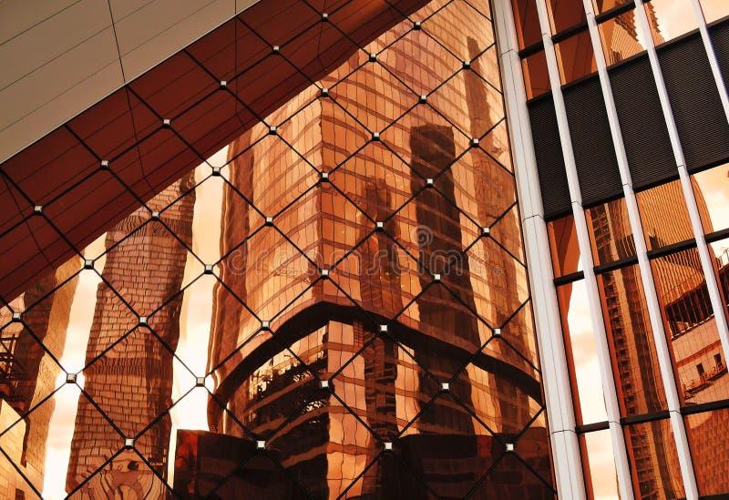Foto abstracta de diversas formas geométricas, reflexión de la ventana de cristal de los rascacielos imagenes de archivo
