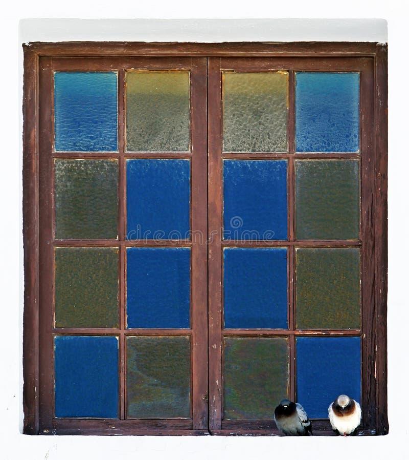 Foto abstracta de dos palomas que se sientan en una repisa de la ventana imagenes de archivo