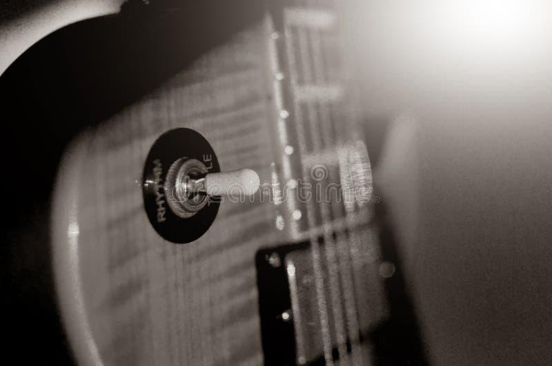 Foto abstracta de la guitarra eléctrica, blanco y negro macra fotografía de archivo