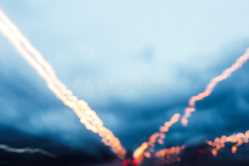 Foto abstracta de la luz de la calle en velocidad de obturador lenta imágenes de archivo libres de regalías