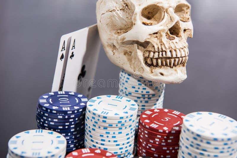 Foto abstracta del casino Juego de p?ker en fondo rojo Tema del juego foto de archivo libre de regalías
