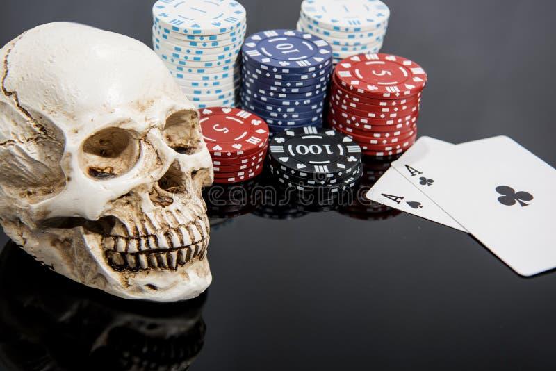 Foto abstracta del casino Juego de p?ker en fondo rojo Tema del juego imágenes de archivo libres de regalías