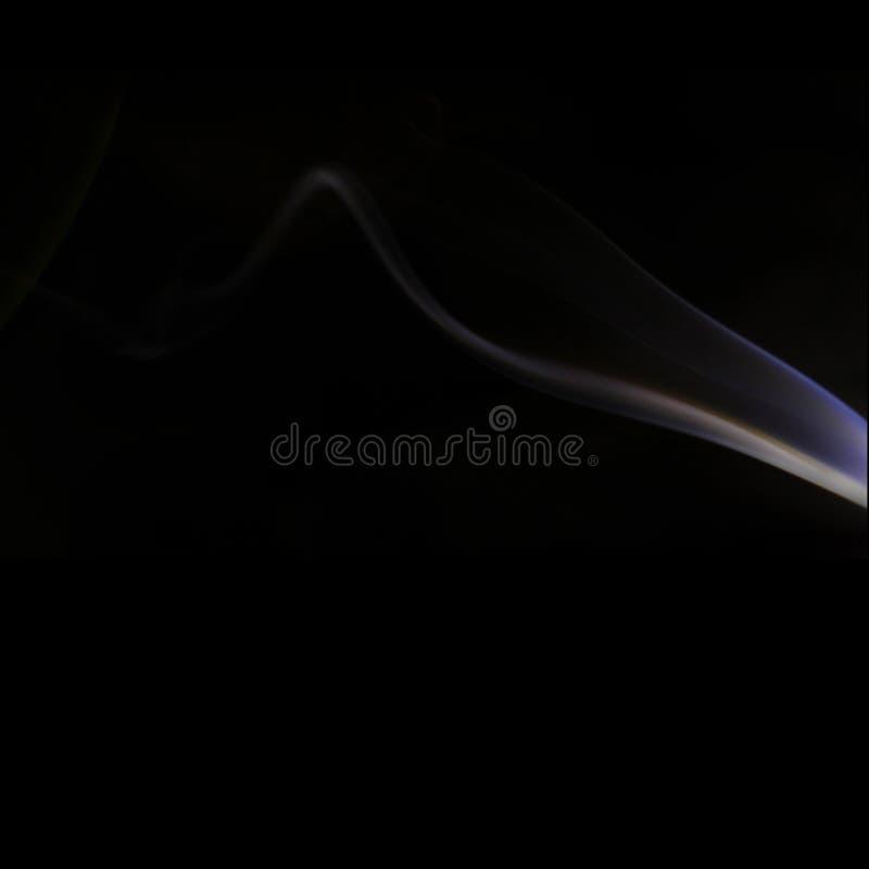 Foto abstracta del humo iluminada por una linterna imagen de archivo