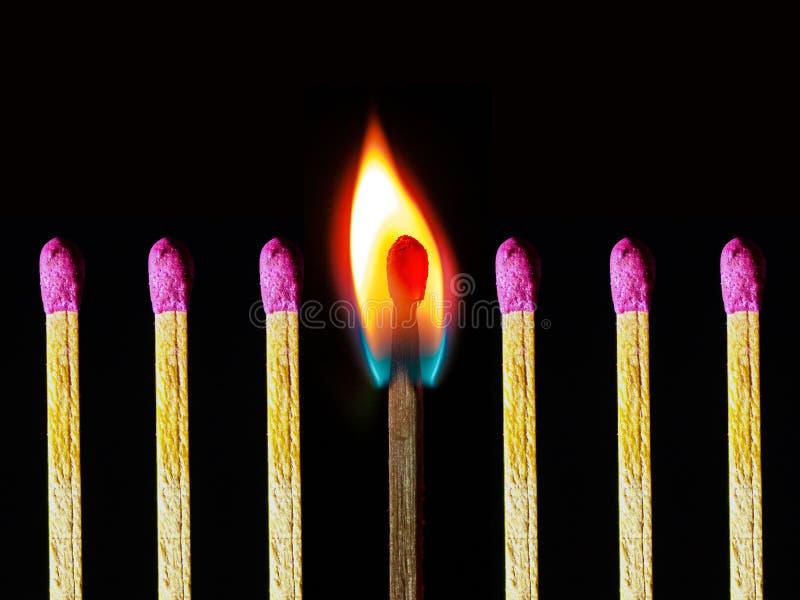 Foto abstracta del matchstick ardiente así como otros matchsticks no quemados imagen de archivo libre de regalías