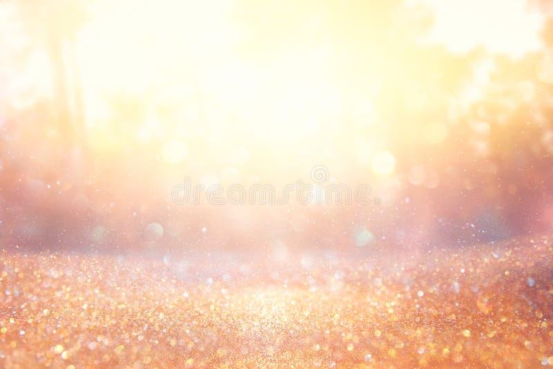 Foto abstrata borrada da explosão da luz entre árvores e luzes douradas do bokeh do brilho ilustração stock