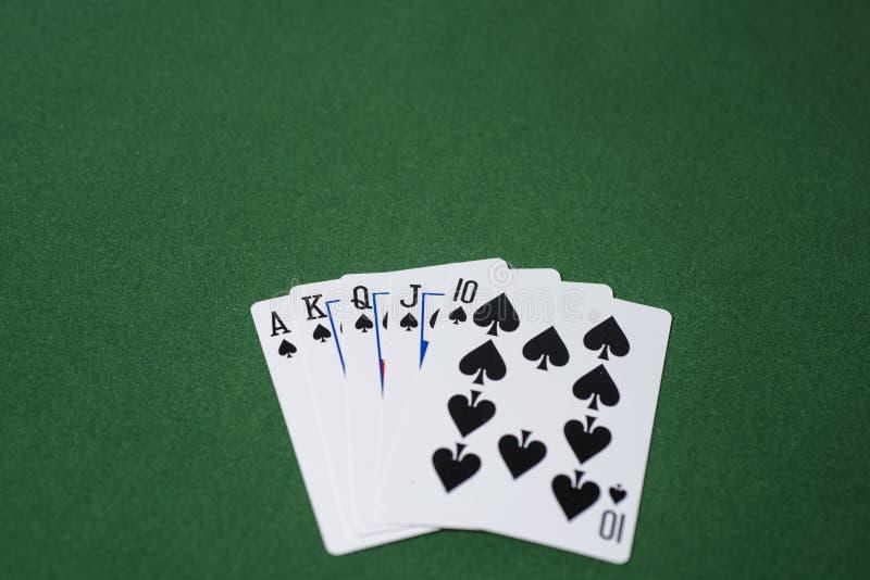 Foto abstrata do casino Jogo de pôquer no fundo vermelho Tema do jogo foto de stock royalty free