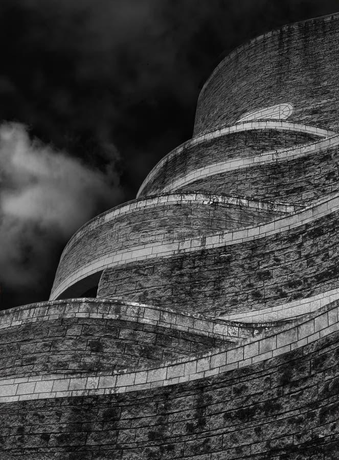Foto abstrata em preto e branco, parede da torre das pedras em Gothenburg, torre de pedra larga, diagonal, cena urbana, towe aban imagens de stock