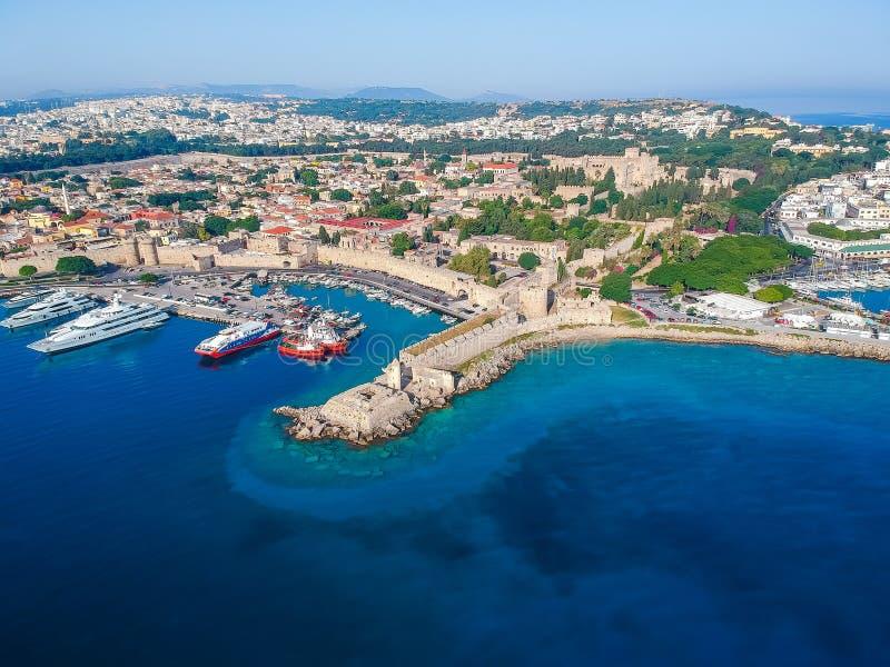 Foto aerea del fuco di vista di occhio di uccelli dell'isola della citt? di Rodi, Dodecanese, Grecia Panorama con il porto di Man immagini stock