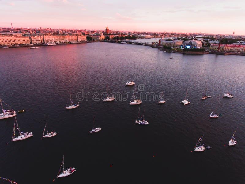 Foto aerea della baia con la flotta di galleggiamento dell'yacht di navigazione in porticciolo durante la corsa di regata di navi immagini stock
