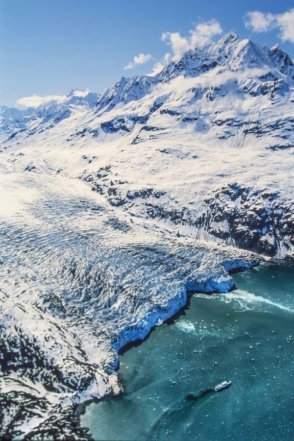 Foto aerea della baia di ghiacciaio dell'Alaska con la nave da crociera immagine stock