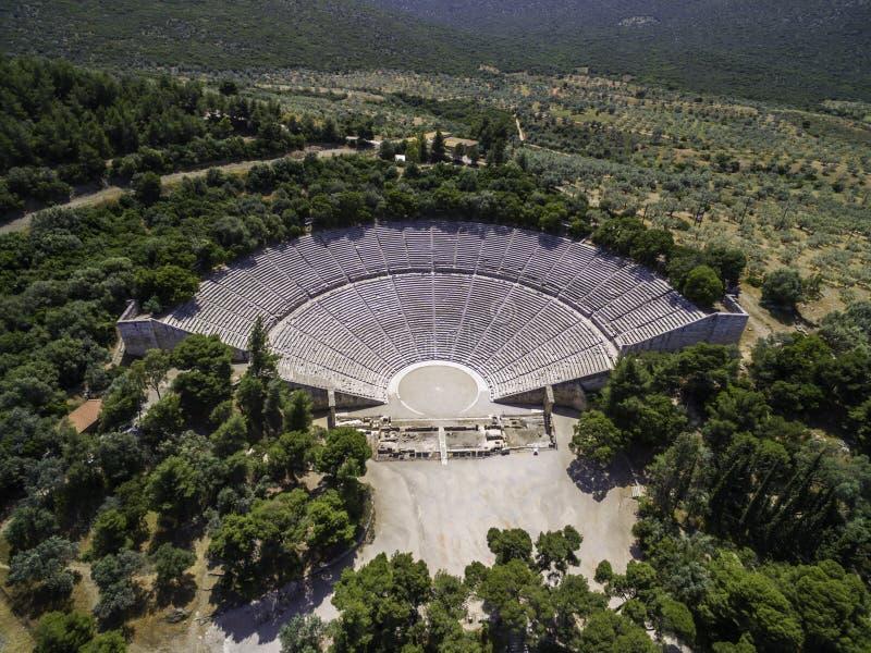Foto aerea di vista dell'occhio del ` s dell'uccello del fuco del teatro antico Epidaurus o Epidavros fotografia stock