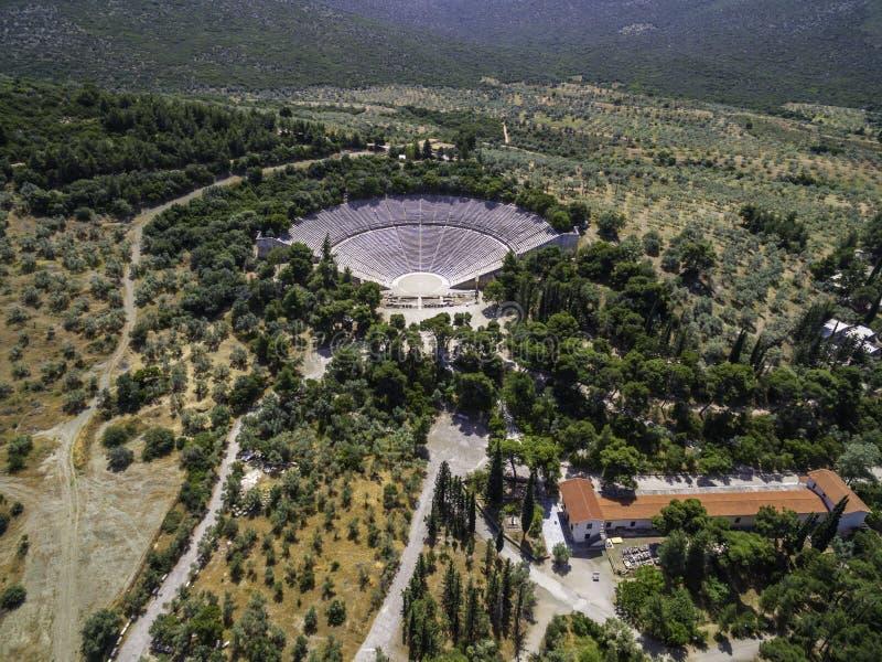 Foto aerea di vista dell'occhio del ` s dell'uccello del fuco del teatro antico Epidaurus o Epidavros immagini stock libere da diritti