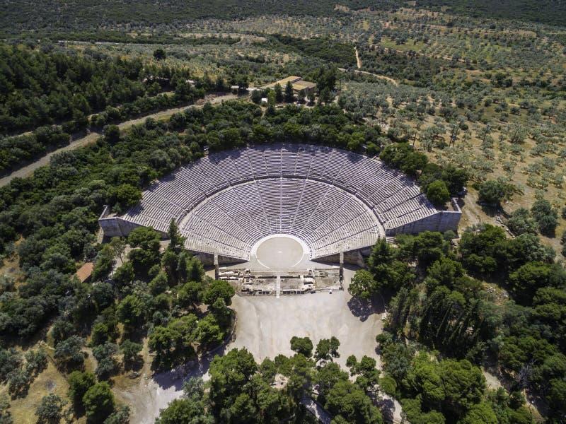 Foto aerea di vista dell'occhio del ` s dell'uccello del fuco del teatro antico Epidaurus o Epidavros fotografie stock libere da diritti