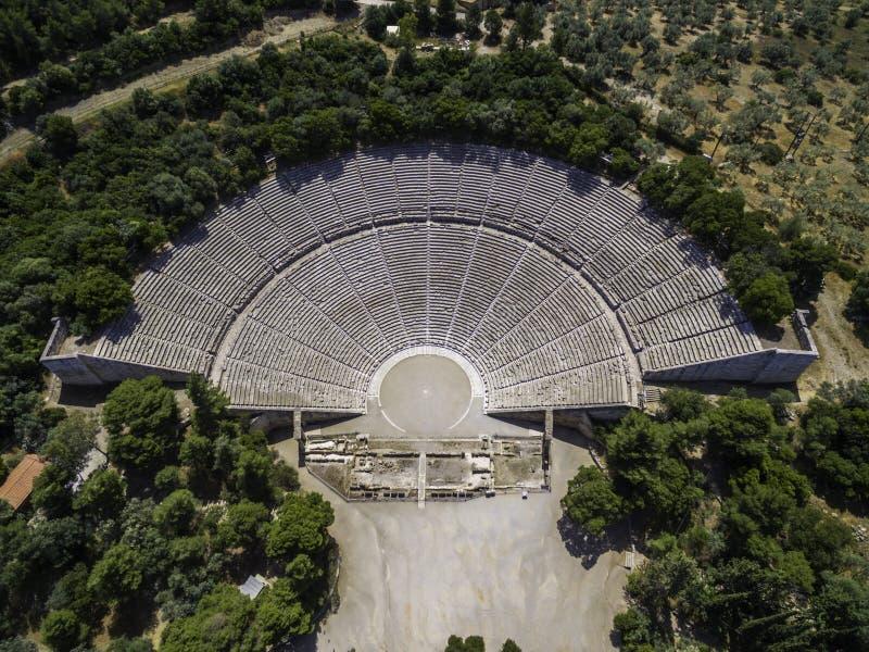Foto aerea di vista dell'occhio del ` s dell'uccello del fuco del teatro antico Epidaurus o Epidavros fotografie stock