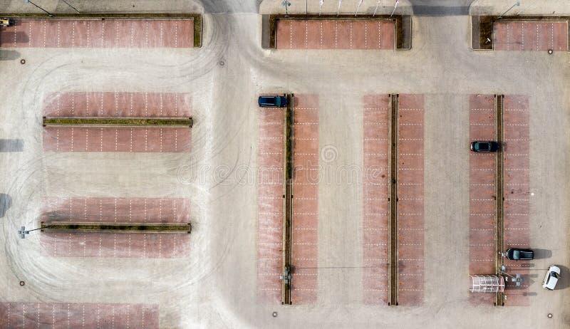 Foto aerea verticale presa da un parcheggio vuoto di un mercato dei consumatori, vista aerea astratta immagini stock libere da diritti