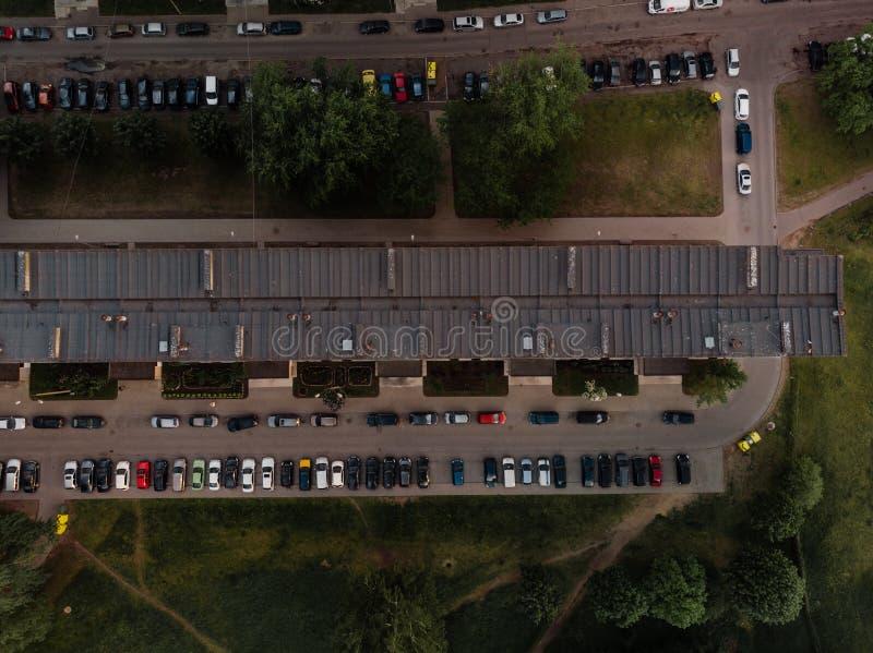 Foto aeree in alto del distretto di Zepniekkalns, città di Riga, con blocchi sovietici di appartamenti e automobili parcheggiate immagini stock libere da diritti