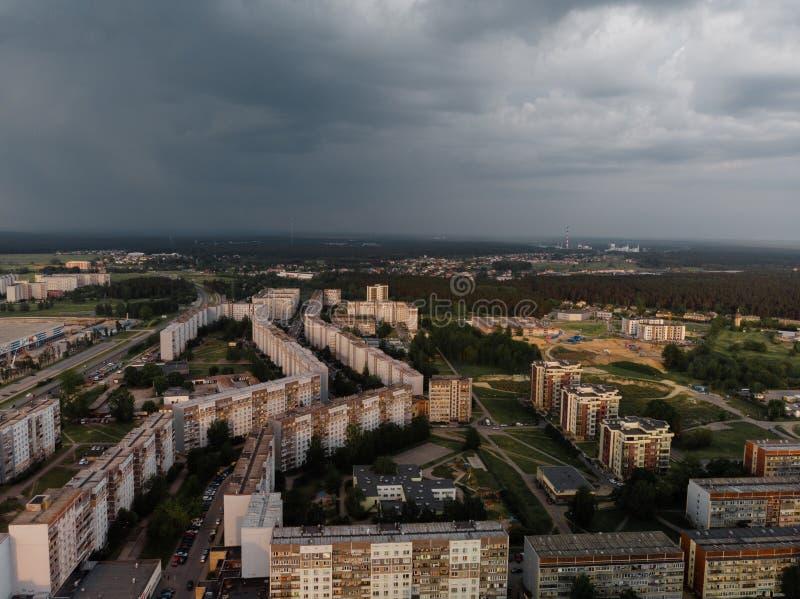 Foto aeree in alto del distretto di Zepniekkalns, città di Riga, con blocchi sovietici di appartamenti e automobili parcheggiate fotografia stock
