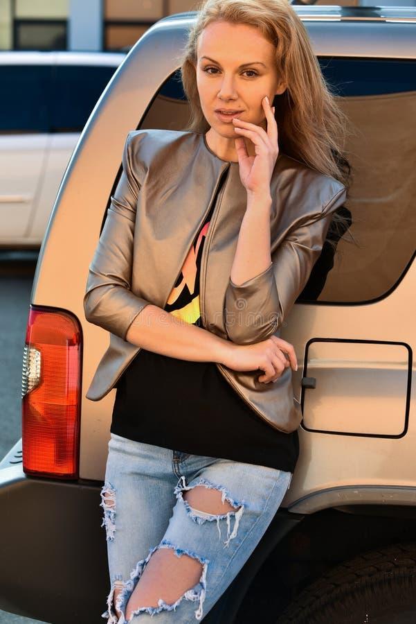 Foto al aire libre de la moda de la mujer hermosa atractiva foto de archivo