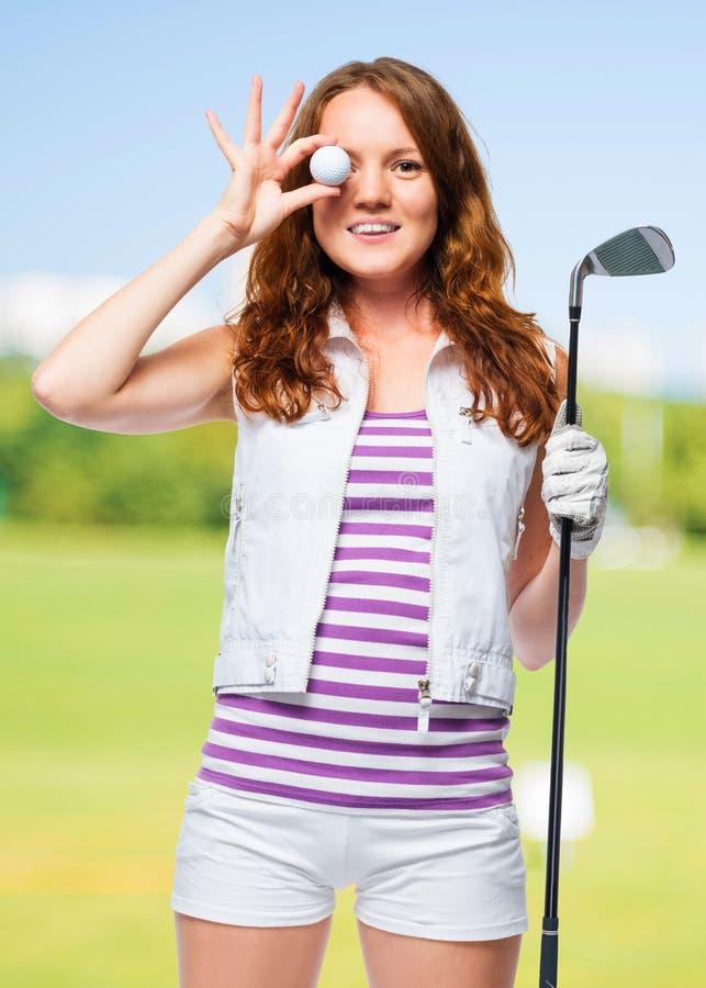 Foto allegra di un giocatore di golf con una palla e del putter immagine stock libera da diritti