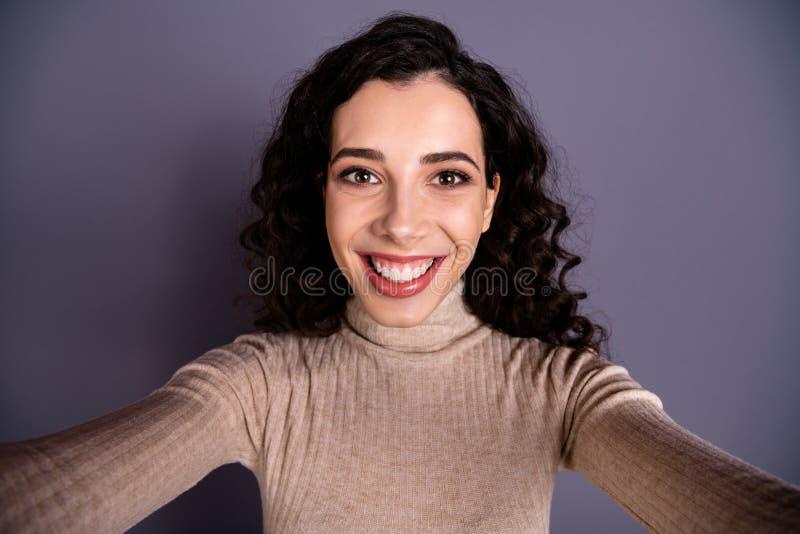 Foto alta vicina attraente abbastanza lei che la sua signora piacevole millenaria inciti a prendere a sorriso di orientamento dei fotografie stock