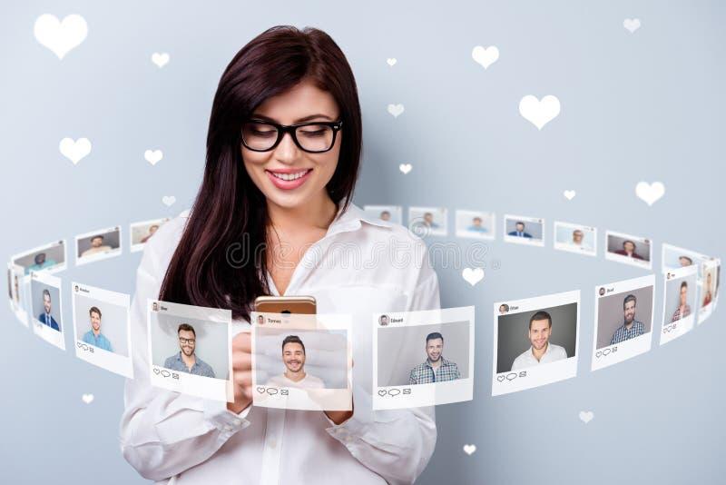 Foto alta vicina che manda un sms il suo smartphone della tenuta di signora online si siede il repost di Internet come la scelta  fotografia stock libera da diritti