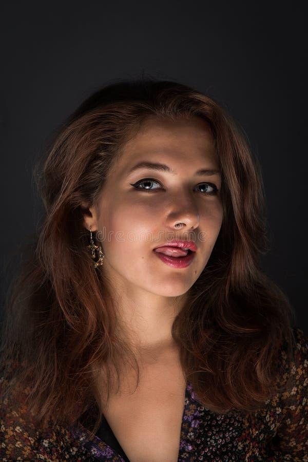 Foto alta vicina dello studio di giovane donna seducente fotografie stock libere da diritti