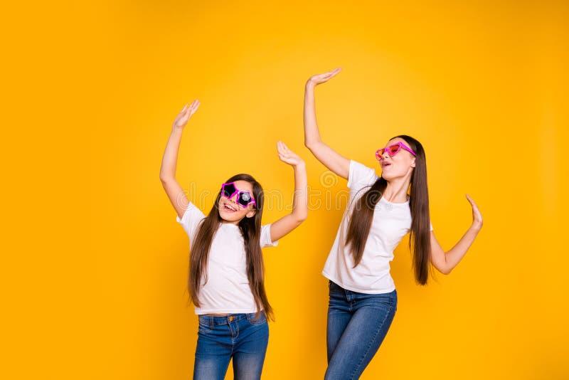 Foto alta vicina due persone belle lei lei usura moderna dei manti della musica di moto dei compagni differenti di età di signora fotografia stock libera da diritti