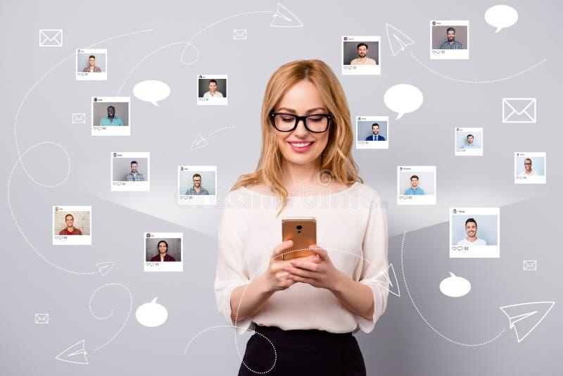 Foto alta vicina interessata il suo smartphone della tenuta di signora online si siede il repost di Internet come la scelta scegl illustrazione di stock