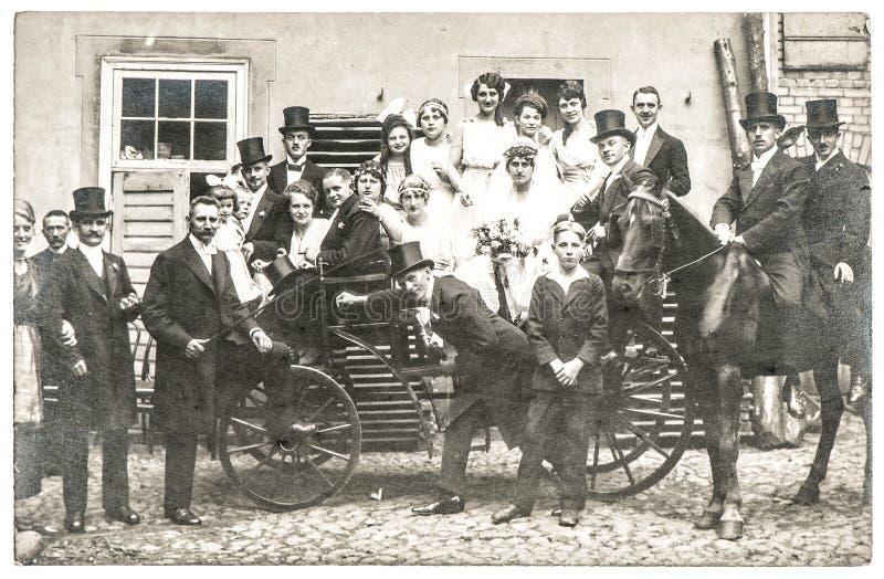 Foto antiga do casamento com os povos na roupa do vintage fotos de stock