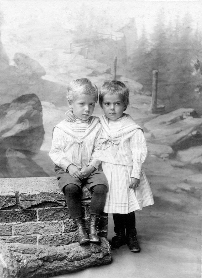 Foto antiga do original 1910 - miúdos bonitos imagens de stock