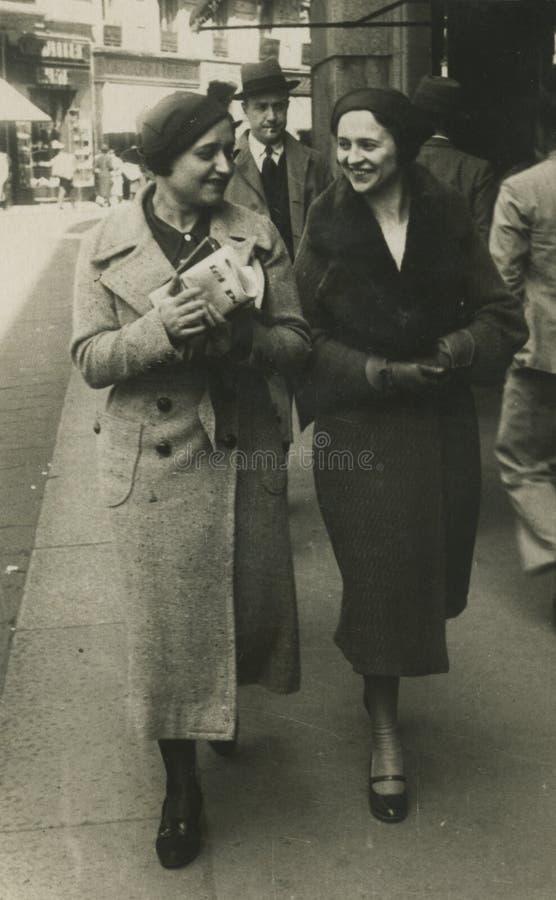 Foto antigua de la original 1945 - muchachas que recorren en la ciudad imágenes de archivo libres de regalías