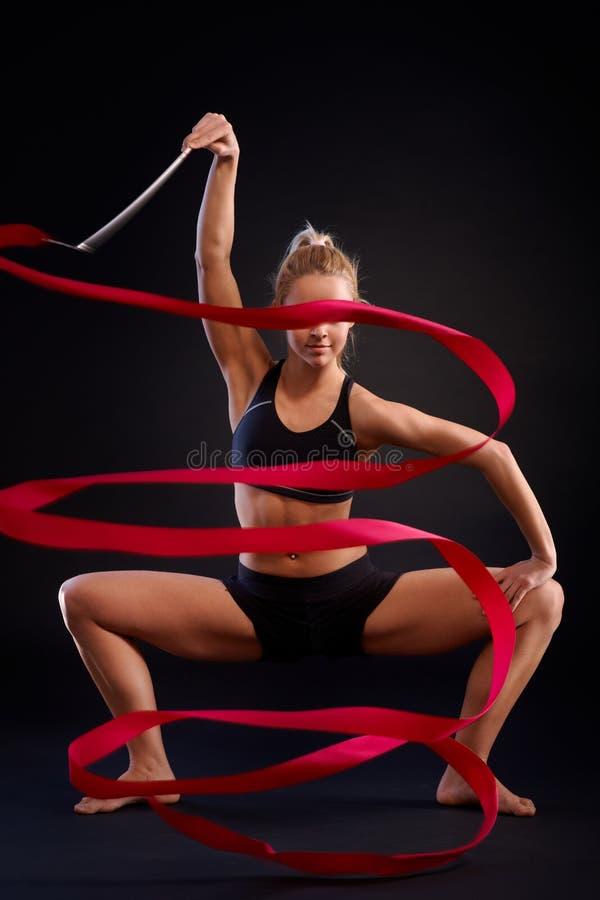 Foto artistica della ragazza della ginnasta con il nastro immagine stock