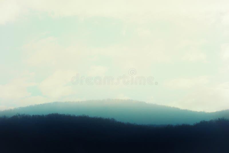 Foto artistica delle colline nebbiose fotografia stock libera da diritti